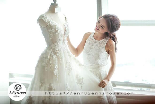 4 mẹo cực hay giúp cô dâu chọn váy cưới ưng ý